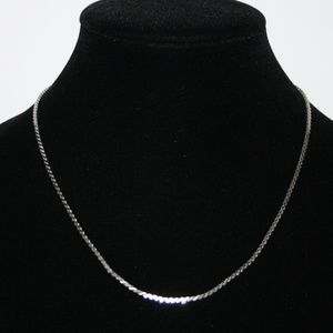 Beautiful vintage silver tone herringbone necklace